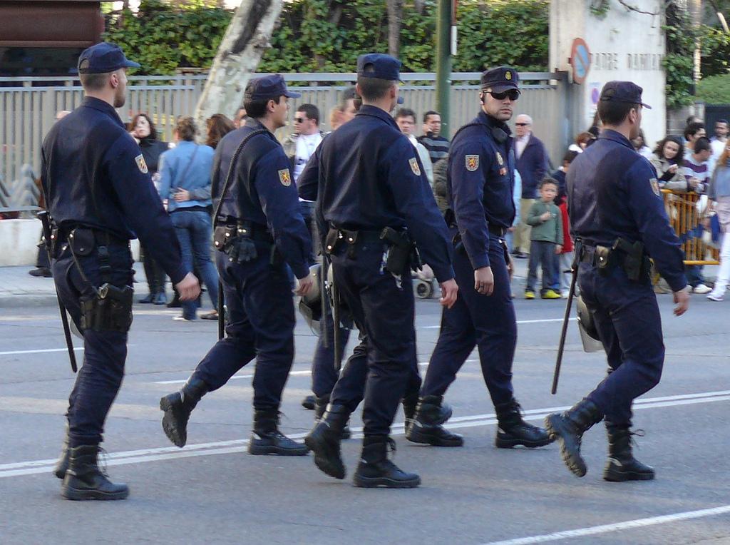 Мадрид выводит из Каталонии дополнительные силы полиции