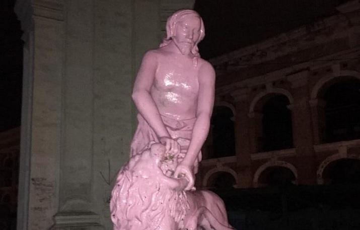 В Киеве вандалы покрасили в розовый цвет памятник Самсону