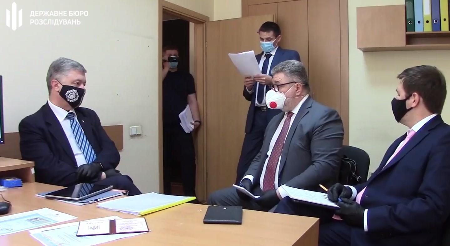 В ГБР показали видео, как Порошенко зачитывают сообщение о подозрении