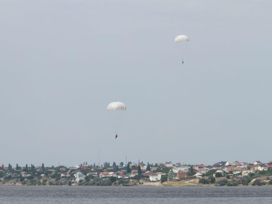 Николаевские десантники отработали парашютные прыжки на воду