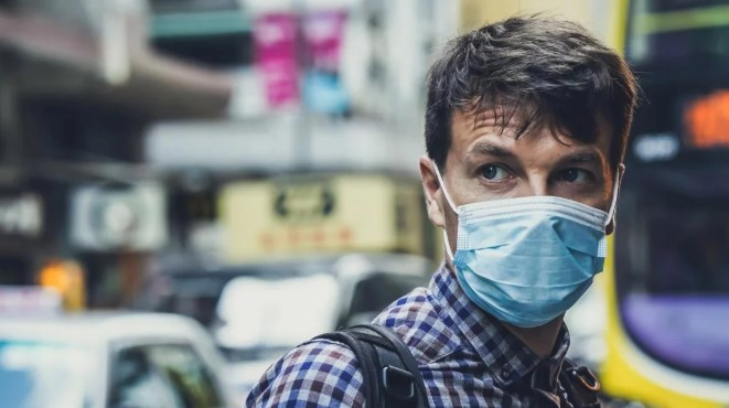 Кабмин готов пересмотреть правила ношения маски на улице