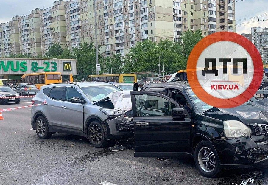 ДТП в Киеве: Nissan протаранил автомобиль и полицейскую, оформлявшую ДТП
