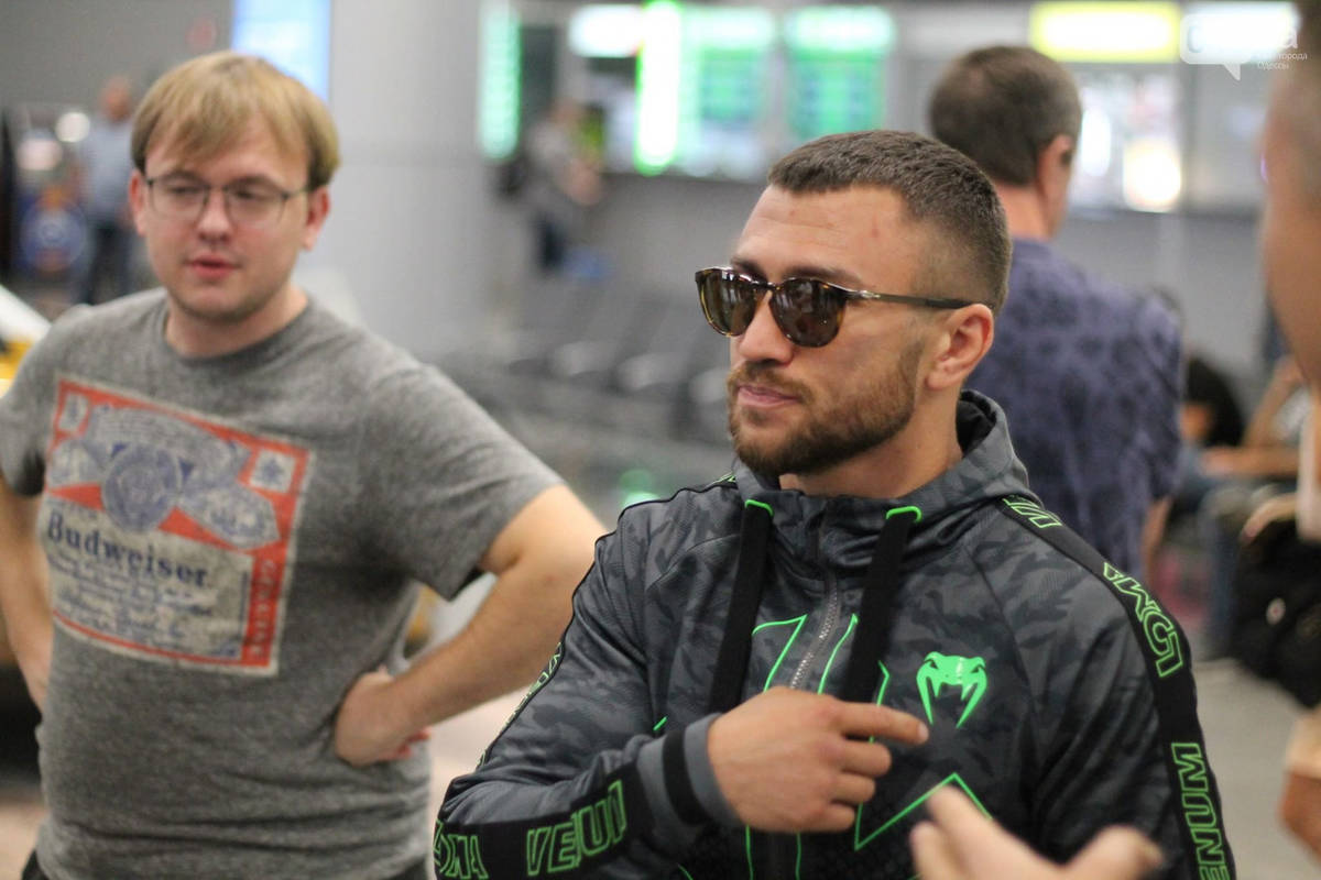 Ломаченко после боя прилетел в Одессу: чемпиона встречали аплодисментами