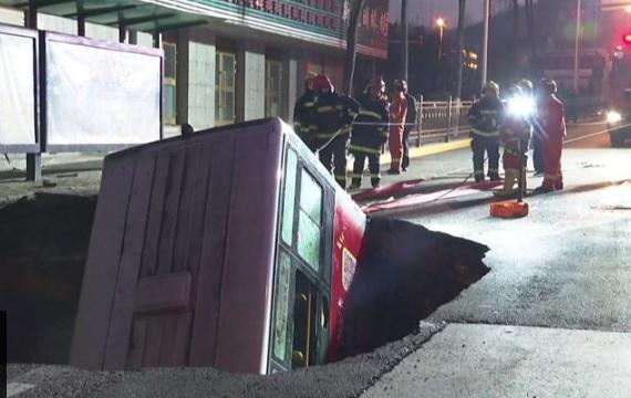 В Китае провалилась под землю остановка с автобусом: погибли 6 человек,...