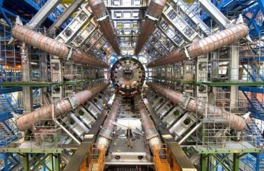 Пучки протонов пошли по кольцу БАК в двух направлениях