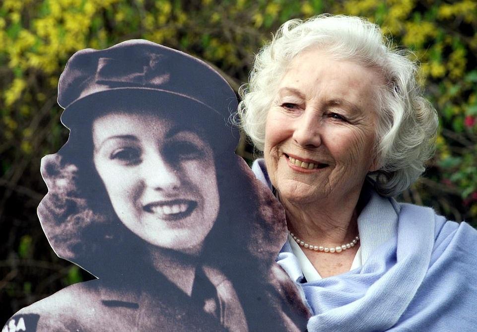 В 103 года скончалась британская певица Вера Линн, ставшая популярной во...