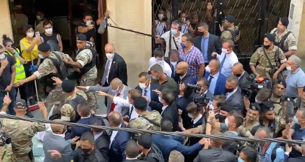 Макрон ходил по улицам Бейрута и выслушивал жалобы ливанцев