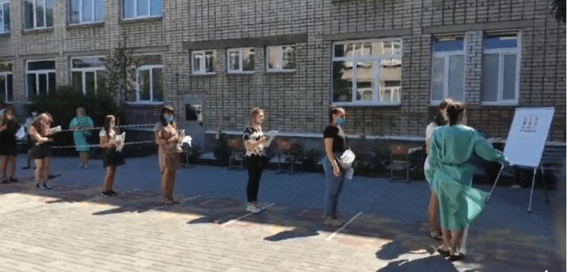 Все в масках и проверка температуры: в Украине стартовала основная сесси...