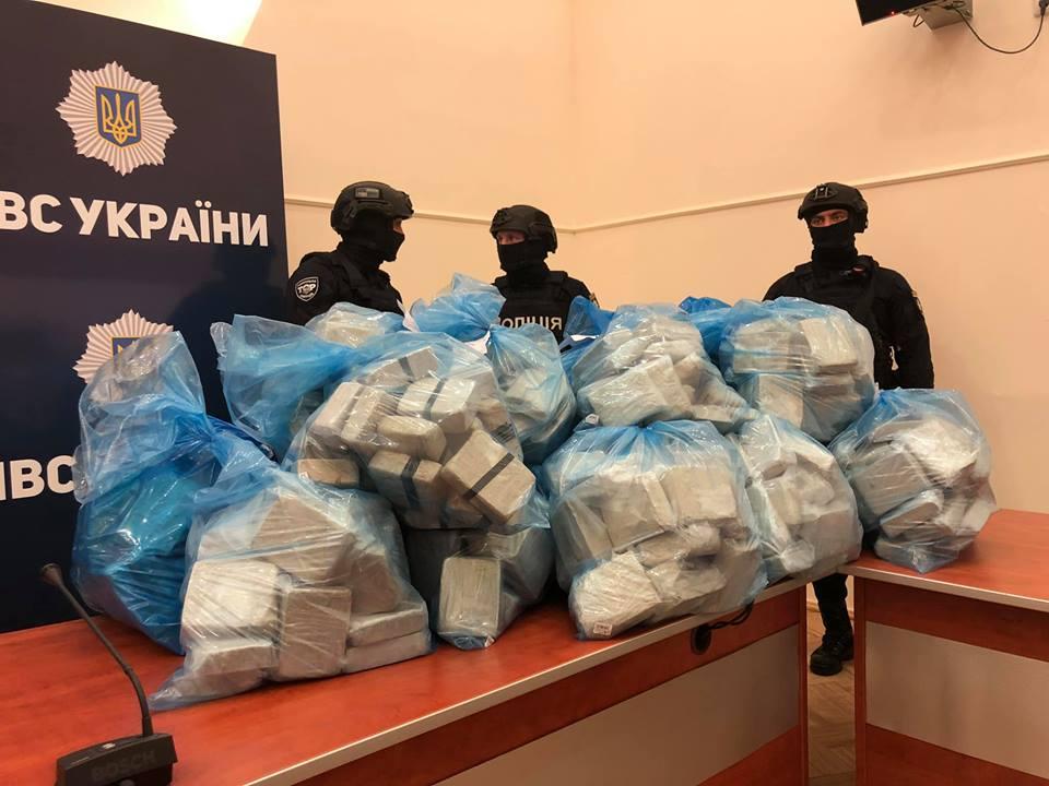 Полицейские принесли на брифинг 300 кг героина
