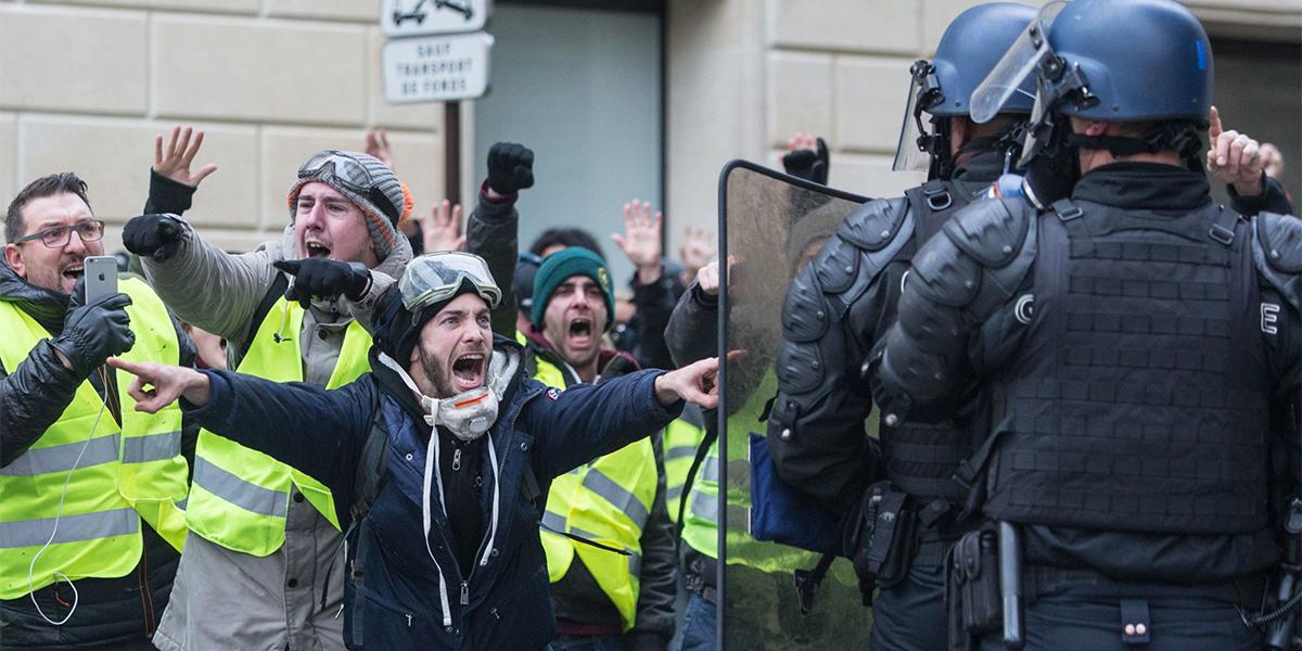 """Во Франции полиция задержала вооруженных """"желтых жилетов"""""""