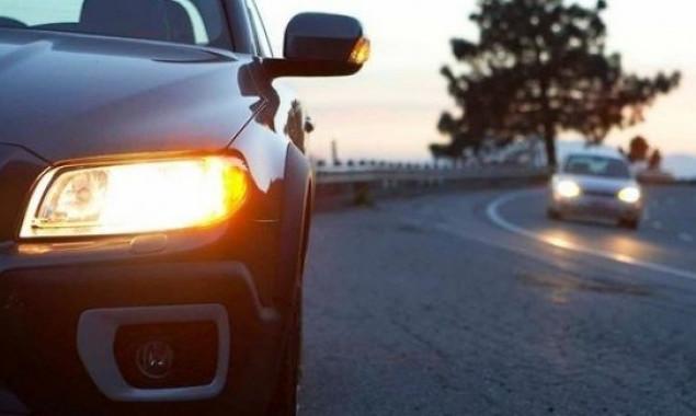 С сегодняшнего дня водители должны включать ближний свет фар за городом