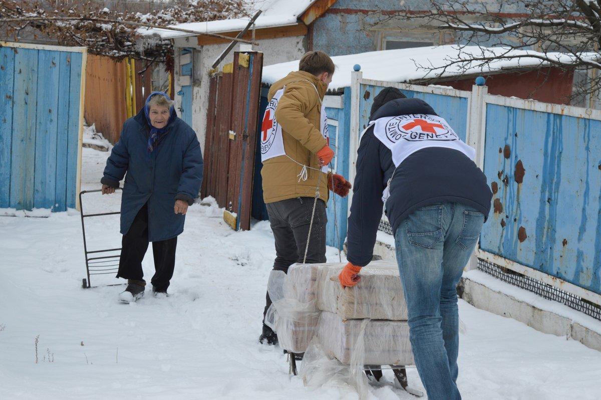 """Красный Крест отправил в """"ЛДНР"""" 517 тонн гумпомощи"""