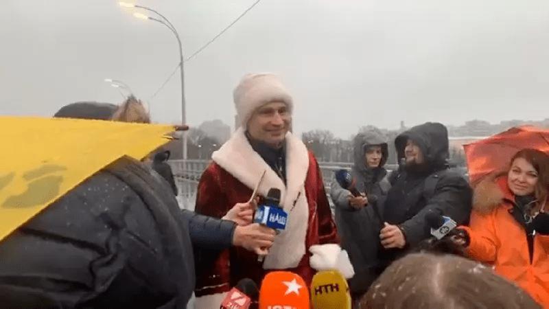 Кличко в костюме Деда Мороза открыл движение по Шулявскому мосту