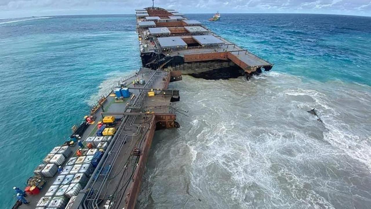 У острова Маврикий потерпел крушение танкер и раскололся на части