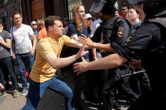 В РФ возбудили уголовное дело по факту кидания в росгвардейца мусорным б...