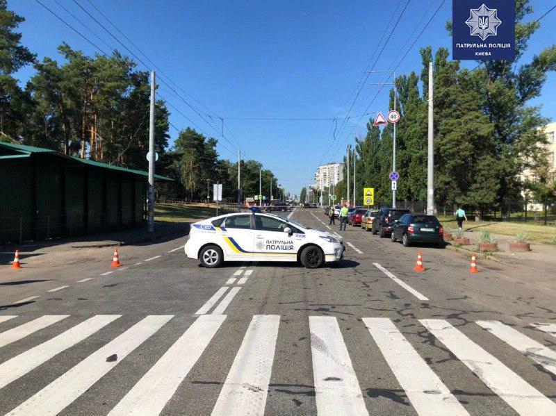 Работают пиротехники и полиция. В Киеве заминировали улицу и авто