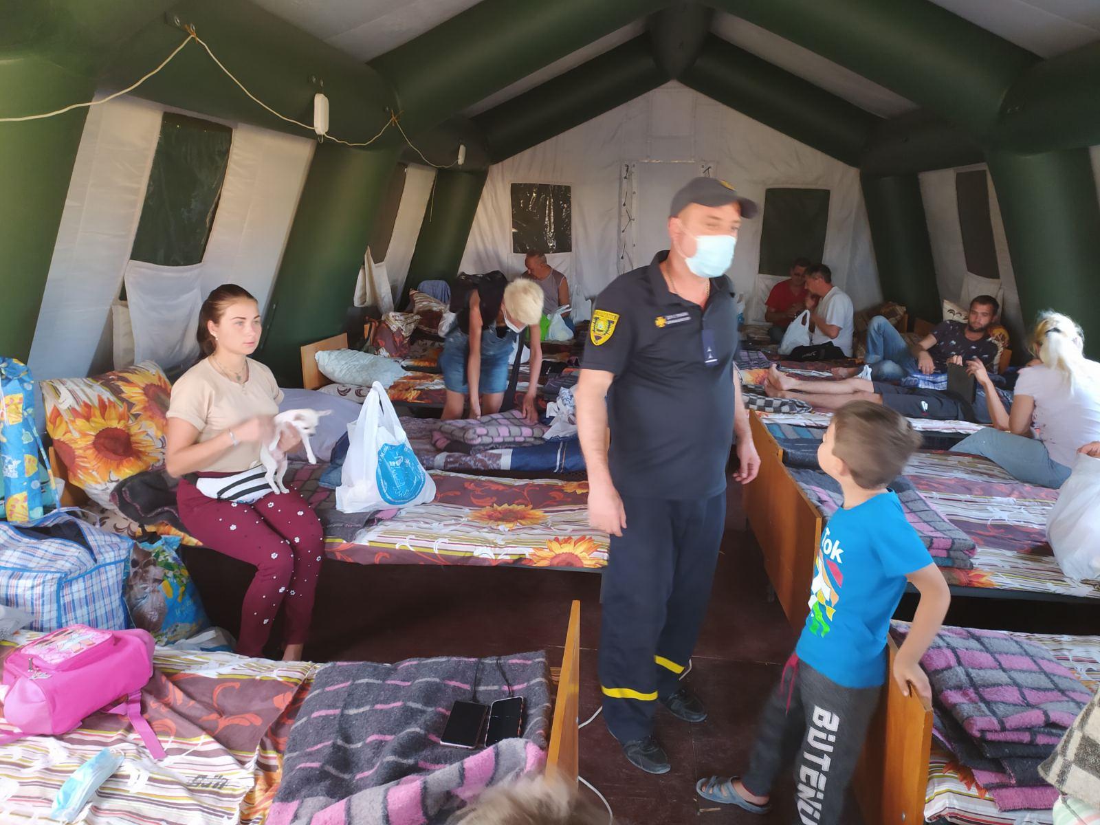 """На КПВВ """"Новотоицкое"""" живут 13 взрослых и 2 детей,  которых боевики не п..."""