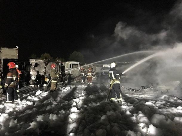 Пожар на автостоянке в Деснянском районе Киева ликвидирован