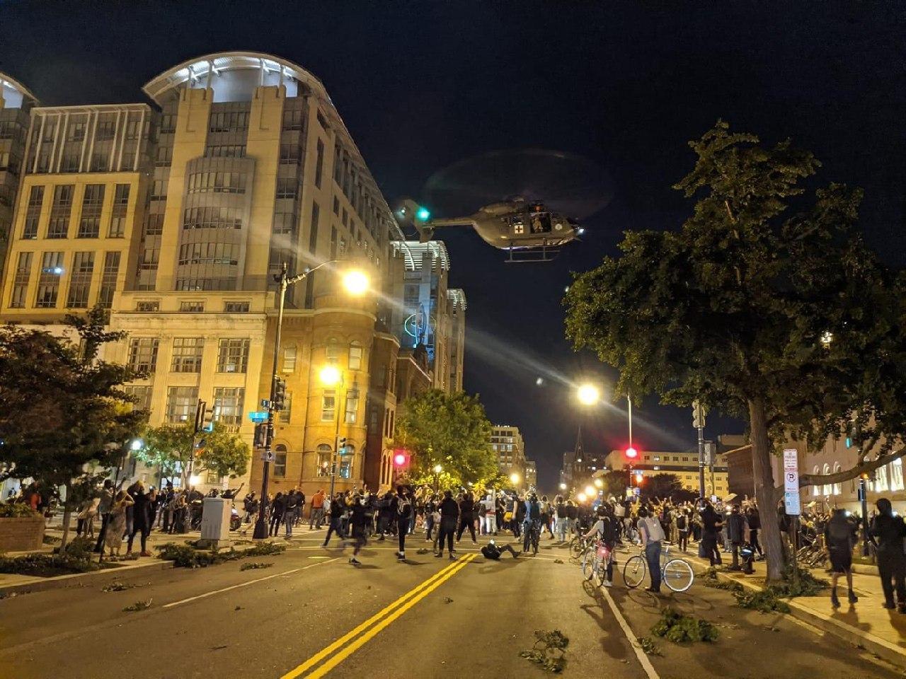 Трамп приказал использовать вертолеты для устрашения протестующих в Ваши...
