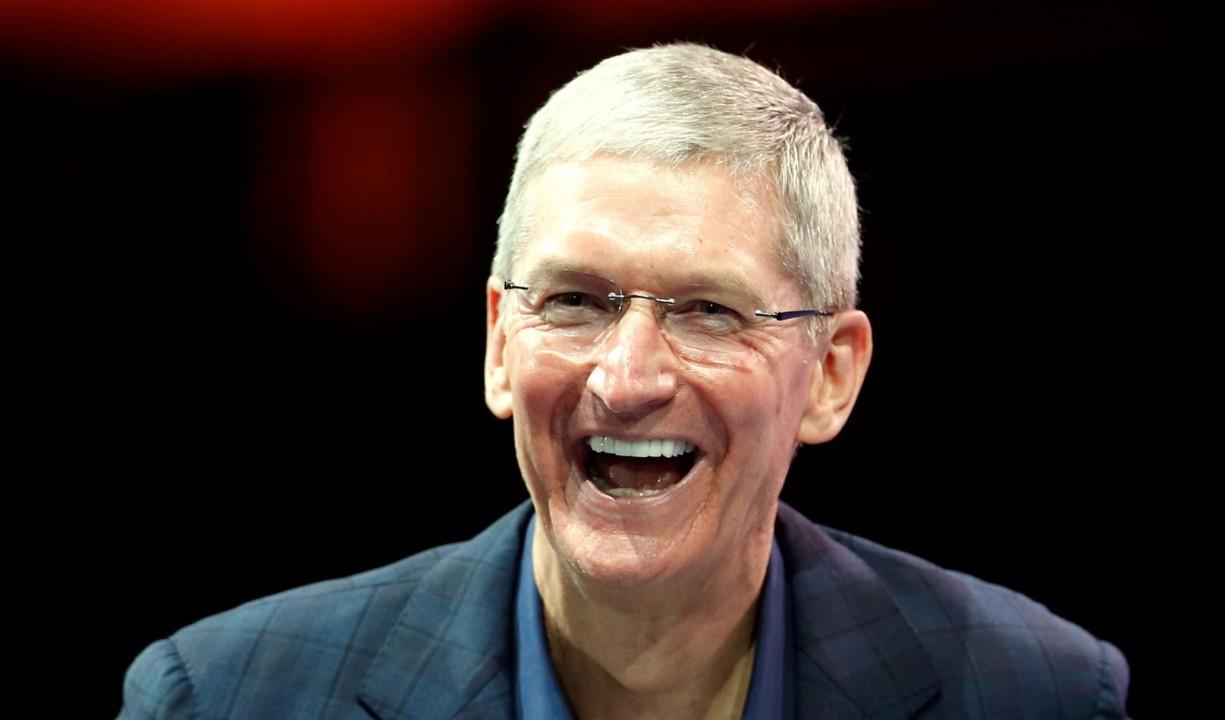 Генеральный директор Apple сменил имя в Twitter после оговорки Трампа