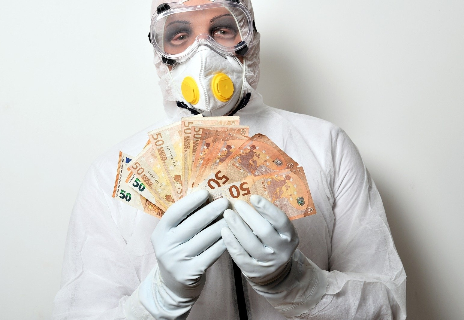 """Фонд по борьбе COVID-19 закупал """"левые"""" товары, включая еду, бензин и да..."""