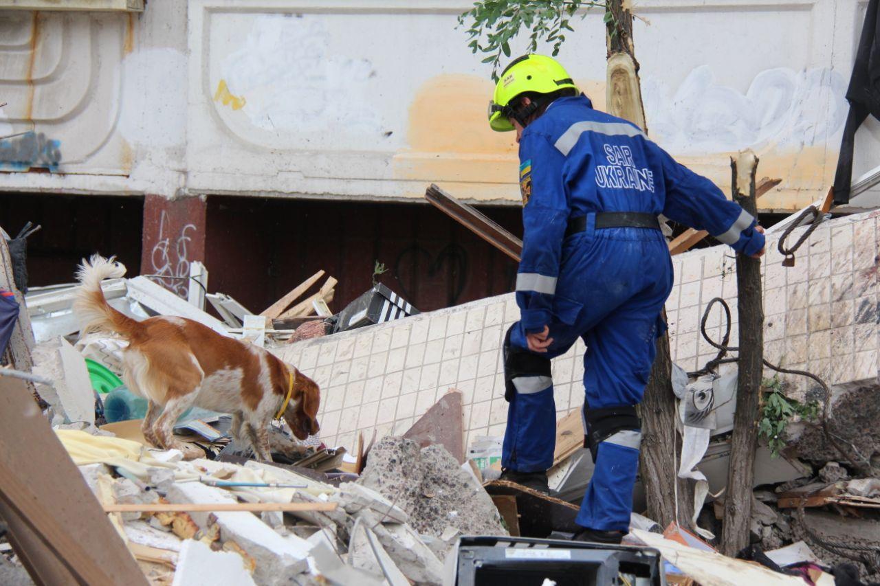 Взрыв многоэтажки в Киеве: жильцам из соседних подъездов советуют самим...