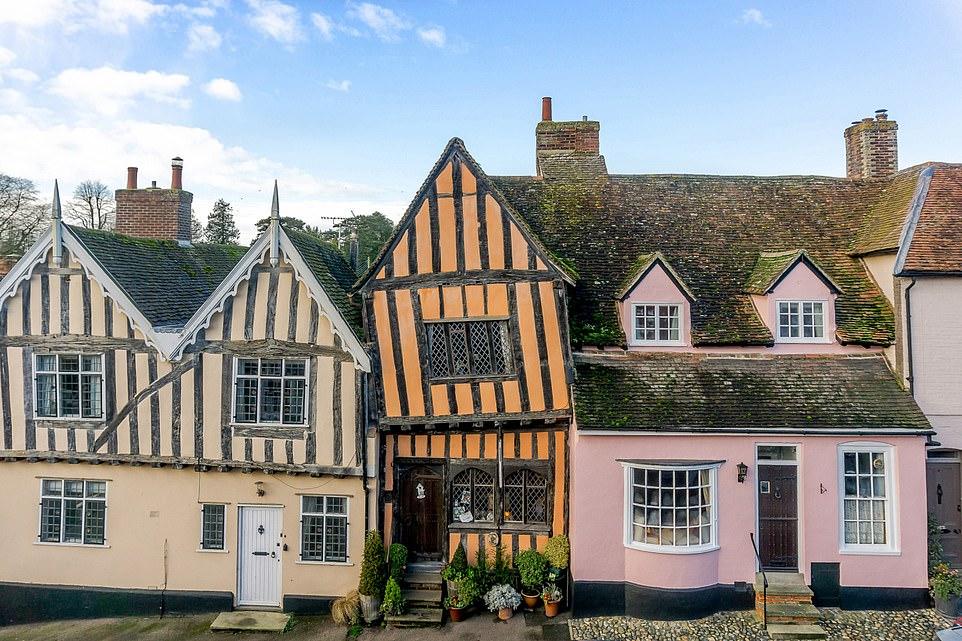 """Сказочная недвижимость: в Британии продают """"кривой домик"""", снимавшийся в..."""