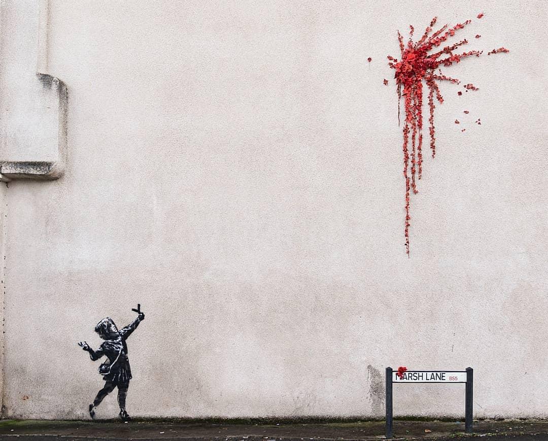 Взрыв из цветов: уличный художник Бэнкси представил своею новую работу к...