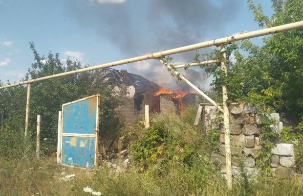 В прифронтовом поселке Зайцево после обстрела боевиков вспыхнул пожар