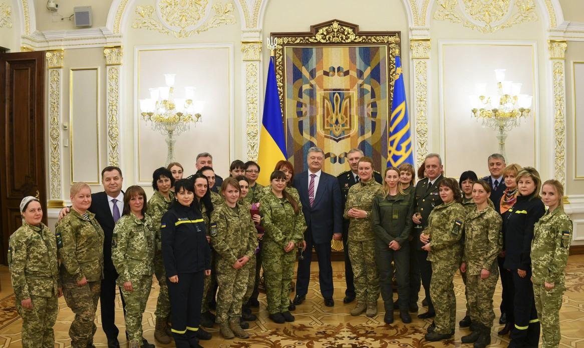 Порошенко наградил женщин, воевавших на Донбассе
