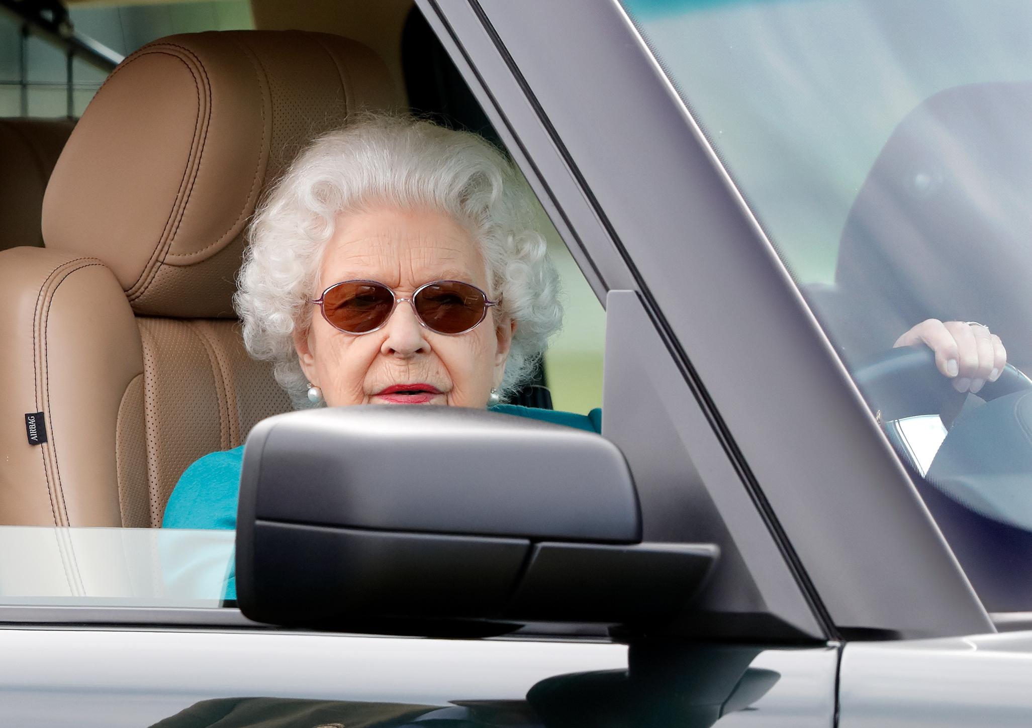 С подругой и охранниками: 95-летняя Елизавета II была замечена за рулем своего Land Rover