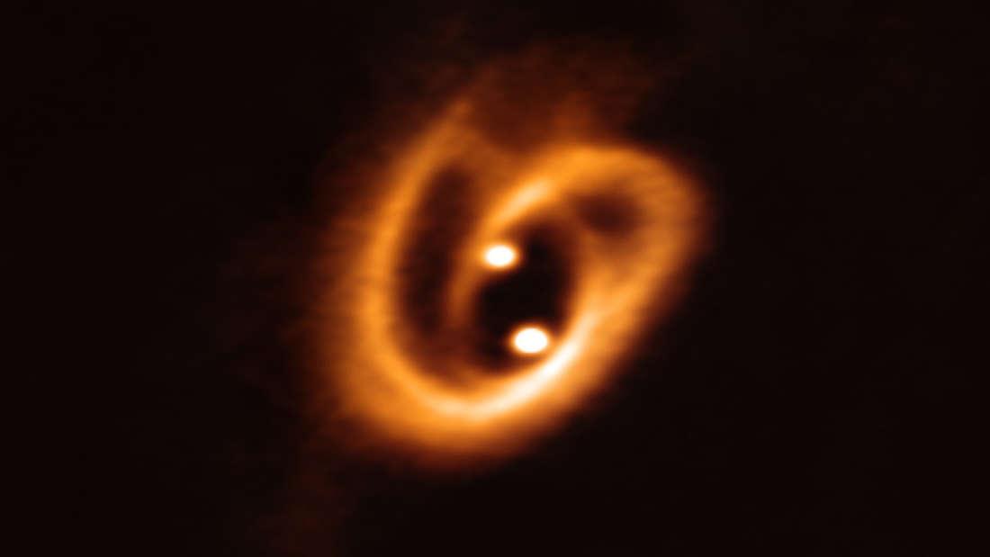 """Астрономы увидели """"космический крендель"""",  которым питаются две новорожд..."""