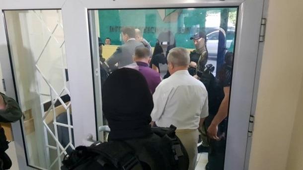 Силовики пришли с обыском в банк Порошенко