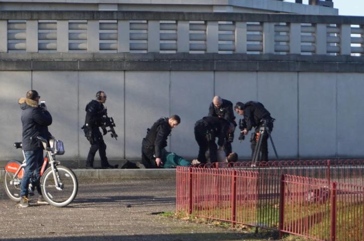 Балаклава, автомат и флаг ИГИЛ. В Лондоне спецназ задержал рэпера во вре...