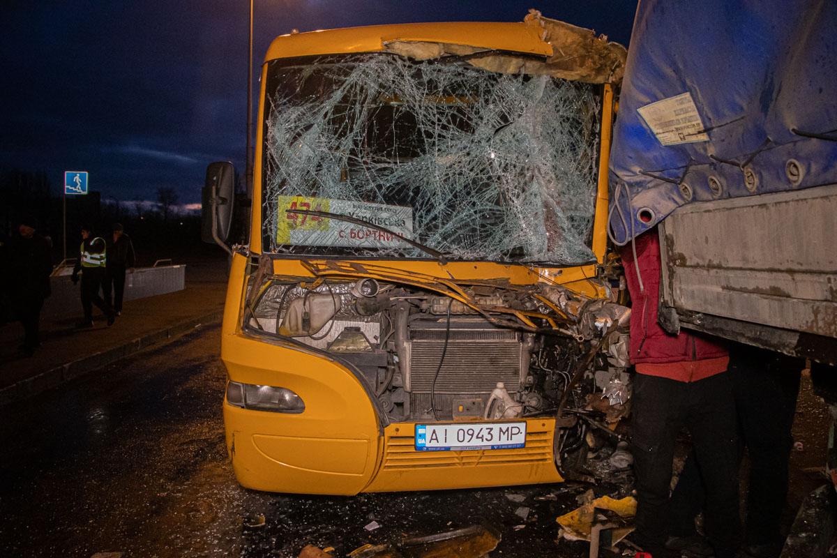 В Киеве маршрутка с пассажирами врезалась в грузовик: 12 пострадавших