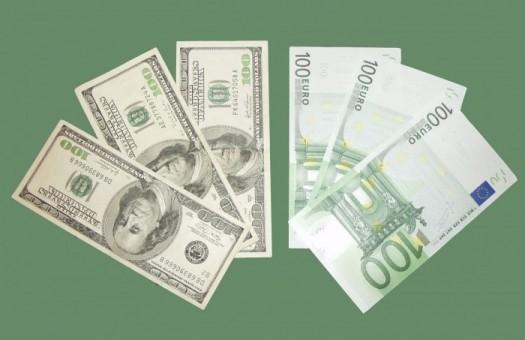 В обменниках доллар и евро подешевели на 2-3 копейки