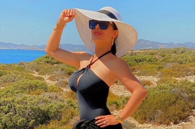 Сальма Хайек опубликовала фото в купальнике в честь своего 54-летия