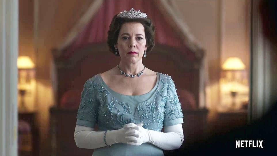 Оливия Колман, сыгравшая королеву Елизавету ІІ, получила орден из рук ее...