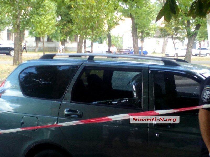 В Николаеве расстреляли автомобиль клиентов банка и похитили 2,6 млн грн