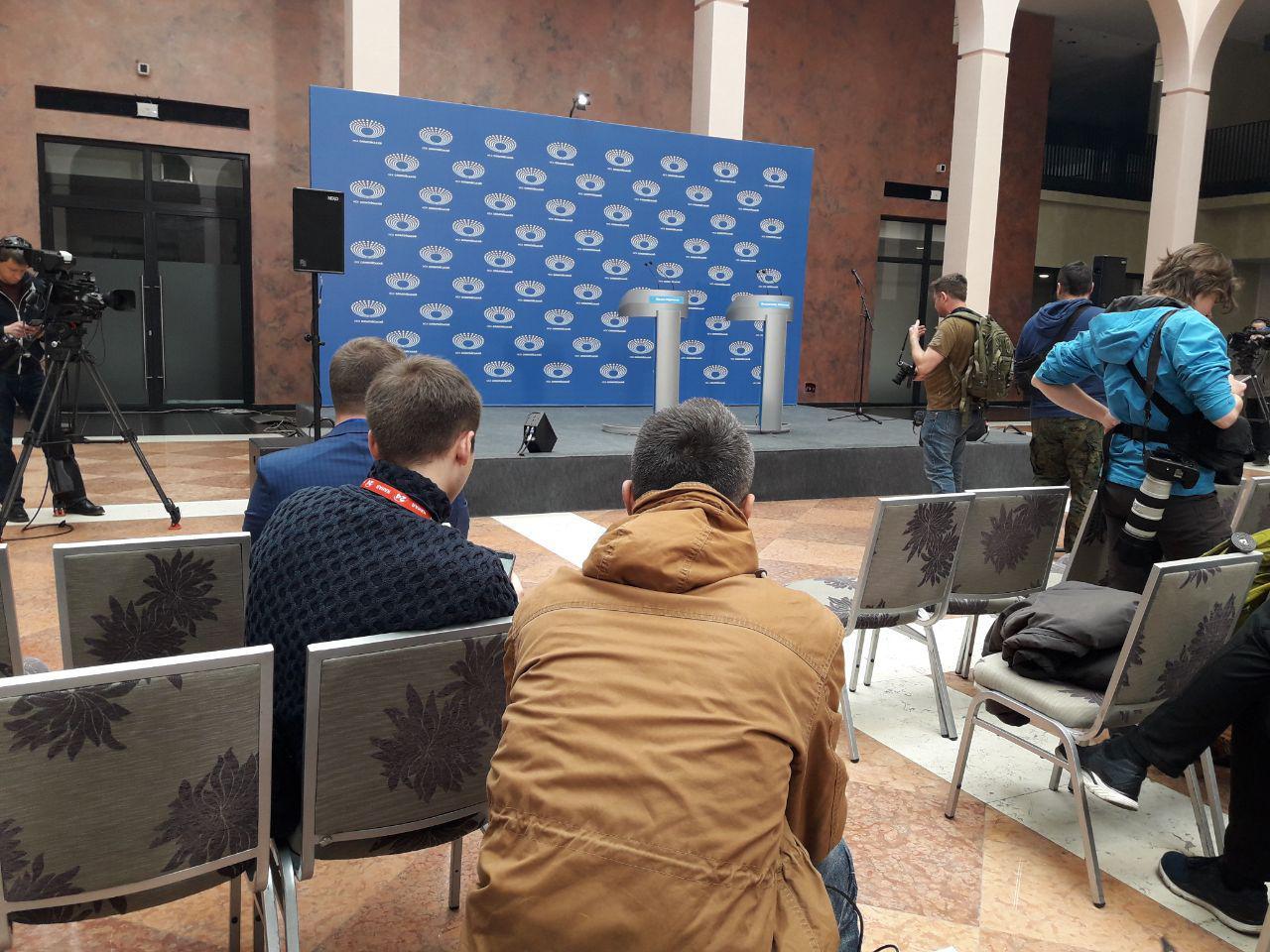 """Под НСК """"Олимпийский"""" начинают собираться сторонники Порошенко"""