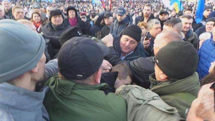 На Майдане в Порошенко бросали яйца, одного из метателей поймали
