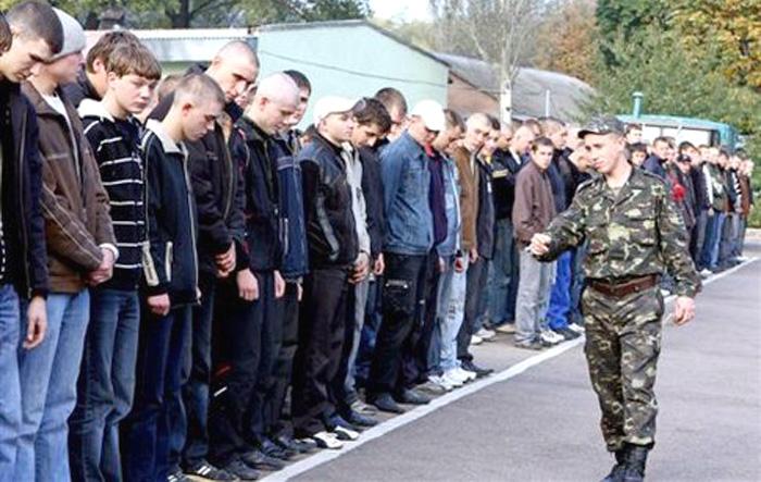 Выпускники школ получают повестки из военкоматов, не успев сдать ВНО