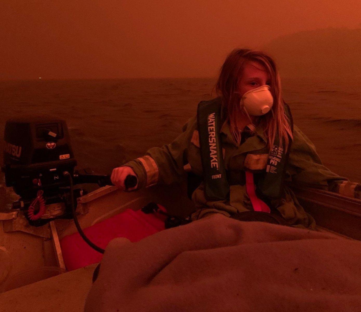 Лесные пожары в Австралии: дым и алое небо. Тысячи людей оказались в зал...