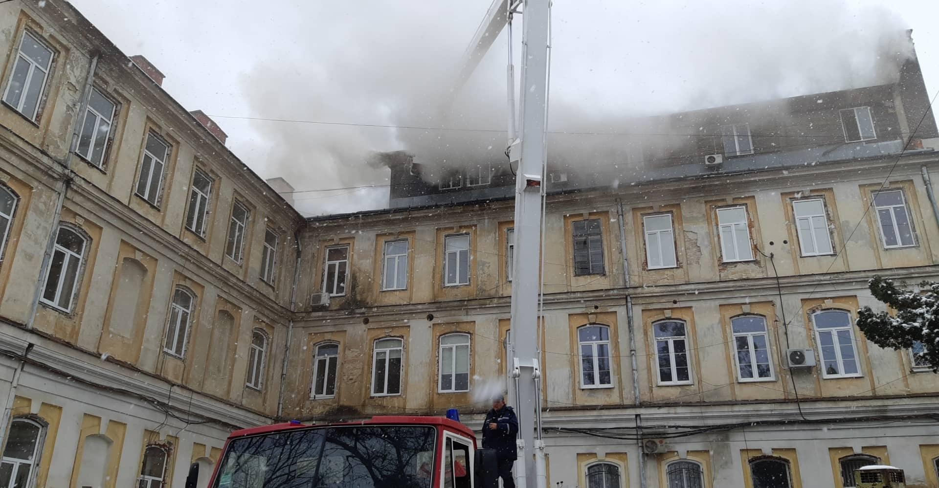 В Львове горит областная больница: эвакуировали хирургическое отделение