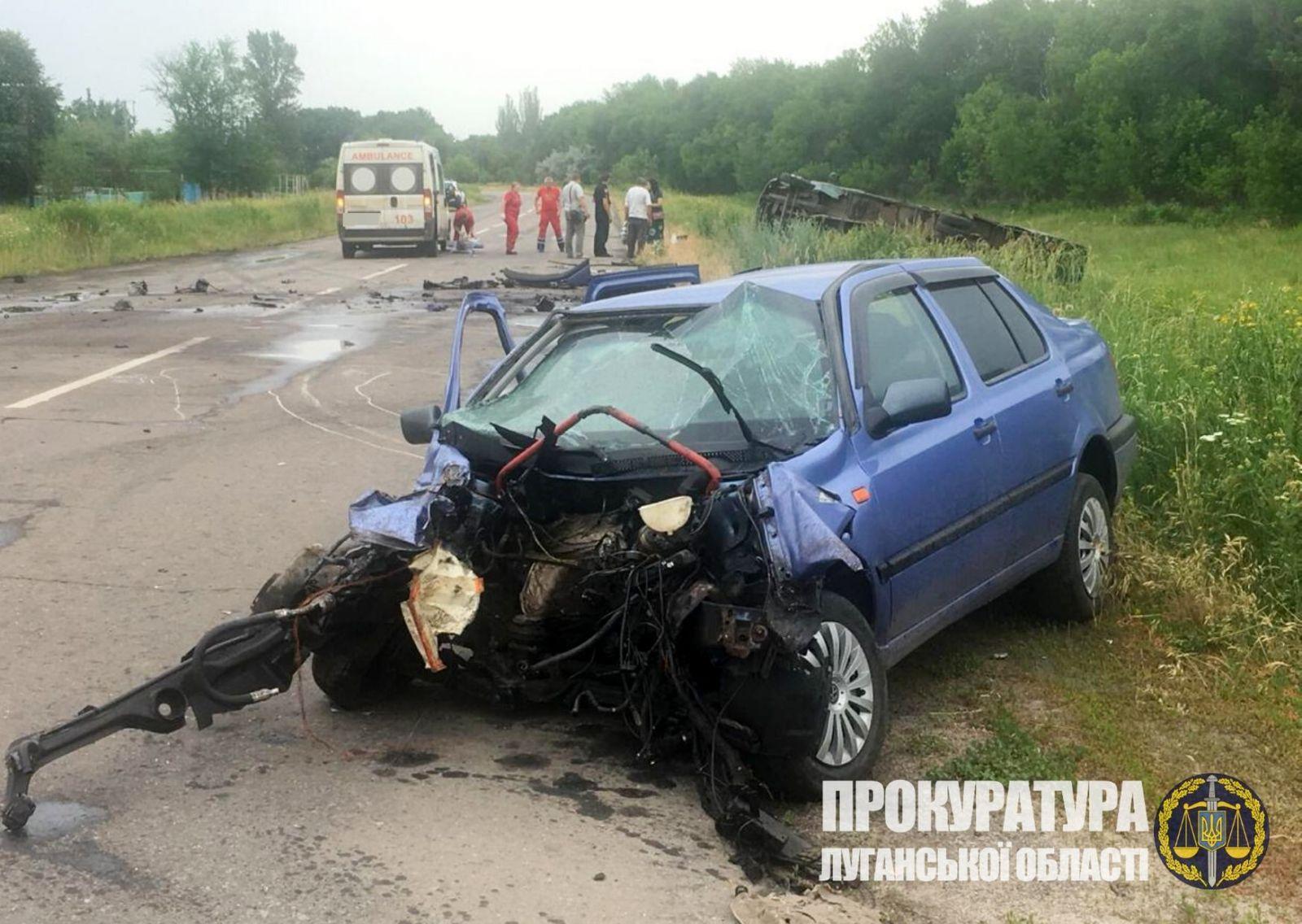 На Луганщине полицейский столкнулся с маршруткой, есть пострадавшие