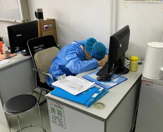 Мини-эпидемия. Китай раскрыл количество врачей, заразившихся коронавирус...