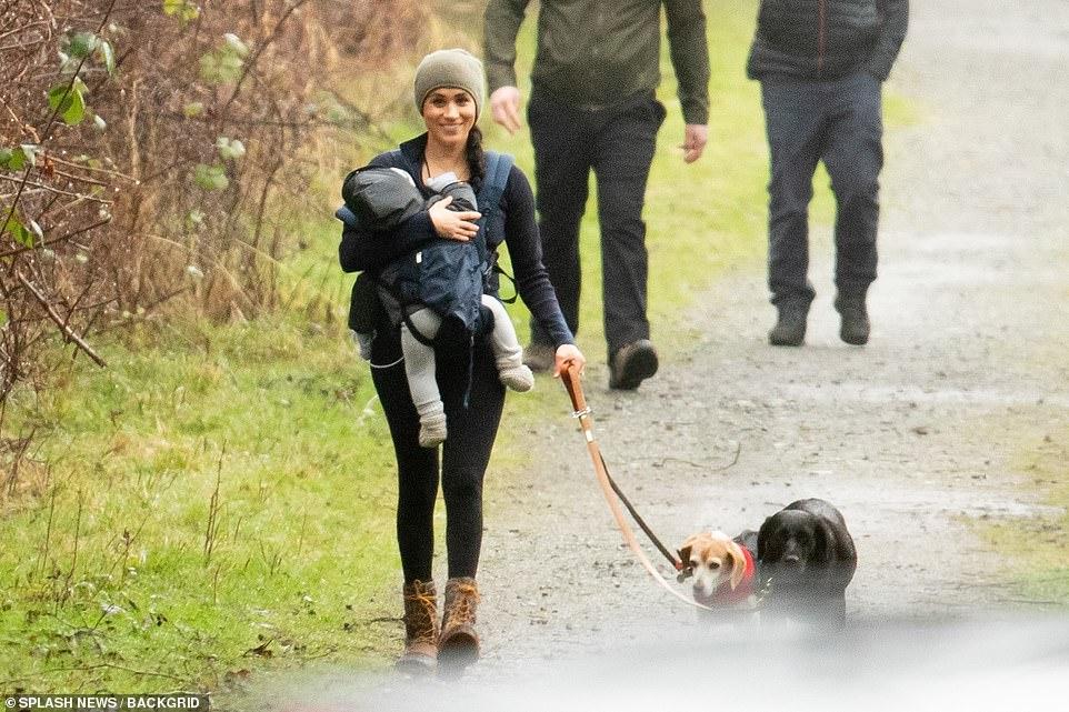 C собаками на прогулке: Меган Маркл осваивается вдали от интриг королевс...