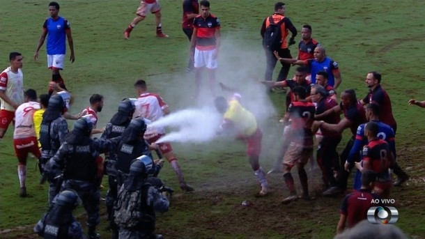 В Бразилии полиция применила слезоточивый газ, чтобы усмирить футболисто...