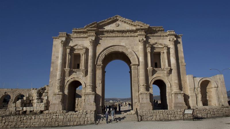 В Иордании мужчина напал с ножом на иностранных туристов
