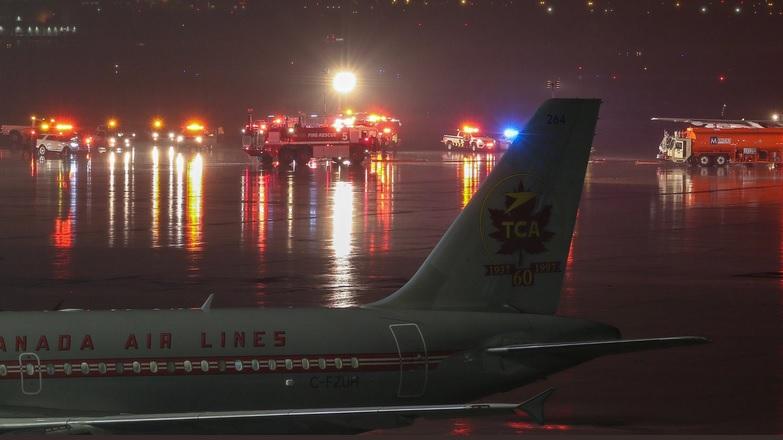 В аэропорту Торонто самолет столкнулся с бензовозом: 5 человек получили...